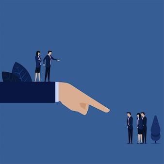 Team des geschäftsmanagers, das schuld an falschem fehlgeschlagenem risikomanagement gibt.