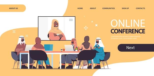 Team von arabischen ärzten, die videokonferenz mit horizontaler landingpage des weiblichen schwarzen muslimischen arztmedizin-gesundheitskonzeptes haben