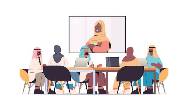 Team von arabischen ärzten mit videokonferenz mit weiblichen schwarzen muslimischen ärzten arabische mediziner diskutieren am runden tisch medizin gesundheitswesen konzept horizontale vektorillustrationen in voller länge