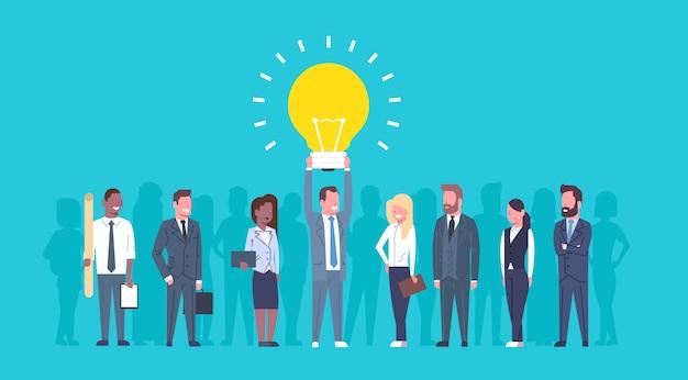 Team von den geschäftsleuten, die glühlampe-neue kreative ideen-konzept-gruppe von erfolgreichem businesspeo halten