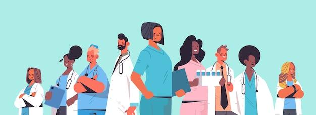 Team von medizinern mischen rassenärzte in uniform, die zusammen medizingesundheitskonzept horizontale porträtvektorillustration stehen