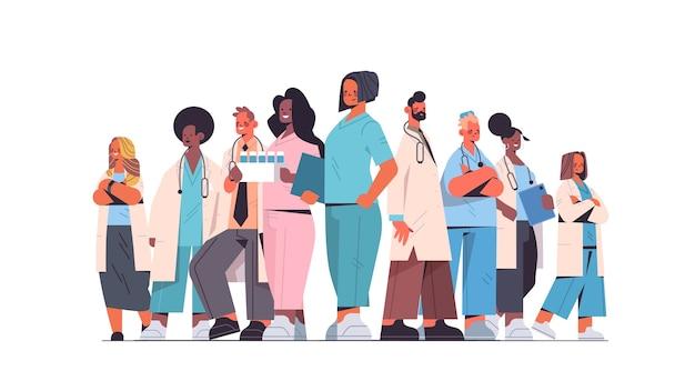 Team von medizinern mischen rassenärzte in uniform zusammen stehend medizin gesundheitswesen konzept horizontale vektorillustration in voller länge