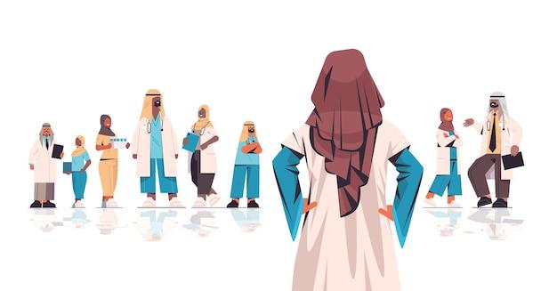 Team von medizinischen fachleuten arabische ärzte in uniform zusammenarbeiten medizin gesundheitswesen konzept horizontale vektor-illustration in voller länge