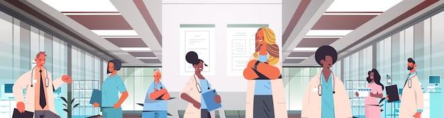 Team von mischrassenärzten in uniform, die zusammen in der horizontalen porträtvektorillustration des krankenhauskorridormedizin-gesundheitskonzeptes stehen