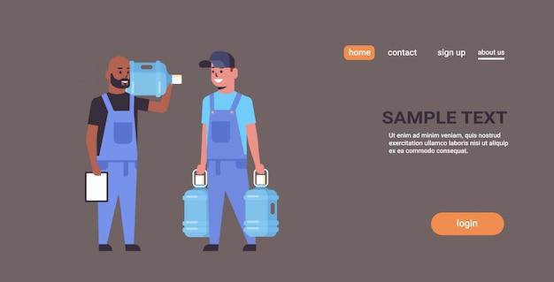 Team von zwei kurieren in uniform, die eine plastikflasche mit frischem wasser halten und das express-lieferservice-konzept der zwischenablage in voller länge erhalten
