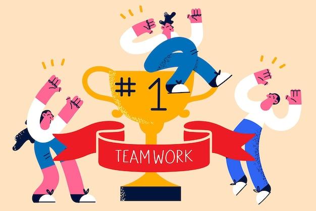 Teamwork, geschäftserfolg, leistungskonzept. junge geschäftsleute feiern erfolg mit goldener erster trophäe, während kollegen von unten vektorgrafiken unterstützen