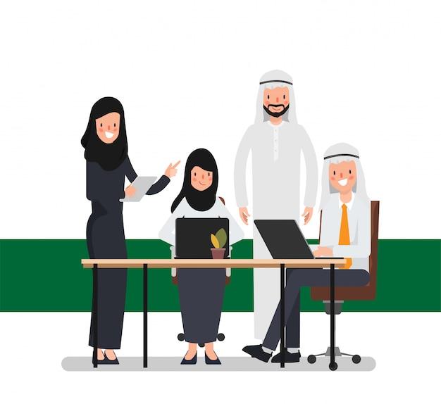 Teamwork von moslemischen arabischen leuten im büroplatz. internationale unternehmensarbeit.