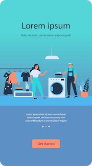 Technischer servicemitarbeiter, der die waschmaschine repariert