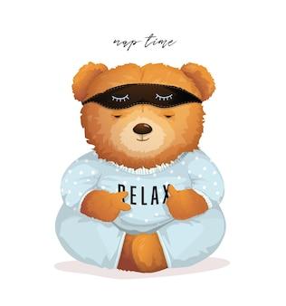 Teddybär, der im schlafanzug mit entspannungszeichen auf seinem hemd schläft.