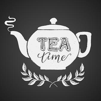 Teekanne gezeichnet auf tafel mit tea time schriftzug