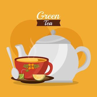 Teekanne und cup des grünen tees mit zitronelöffel auf teller