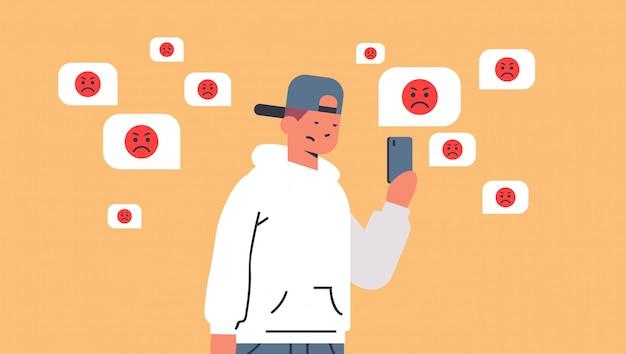 Teenager, der gemobbter kerl unter verwendung der mobilen online-anwendung ist