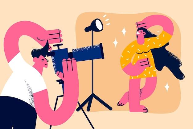 Teilnahme am fotosession-konzept. junge lächelnde hübsche frau-cartoon-figur, die mit einem mannfotografen posiert, der ein foto von ihr in der studiovektorillustration macht