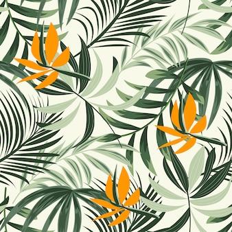 Tendenzielles helles nahtloses muster mit bunten tropischen blättern und blumen auf einem pastell