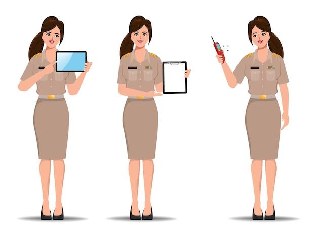Thailändische lehrerregierung in bangkok thailand charakter. präsentieren der pose mit tablet-zwischenablage und walkie-talkie.
