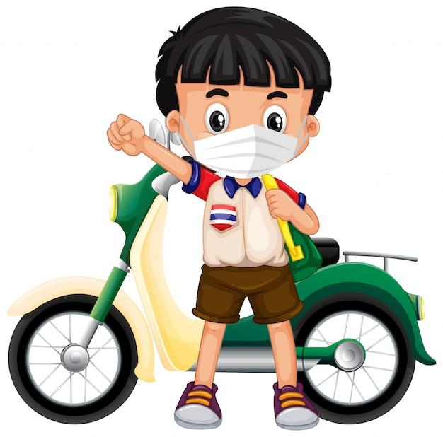 Thailändischer junge, der maske und motorrad trägt