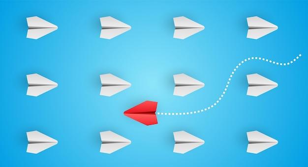 Think different individueller und einzigartiger roter papierflieger fliegt zur seite