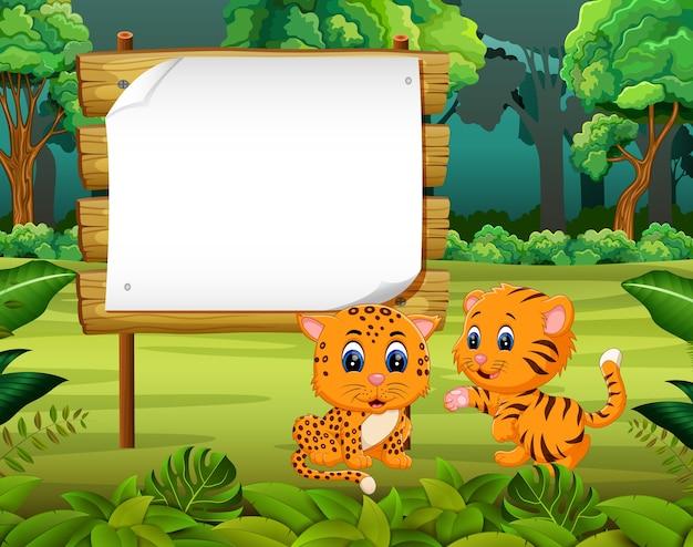 Tiger mit zwei babys mit leerem hölzernem hintergrund