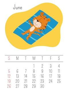 Tiger sonnt sich auf der matte. vertikale wandkalenderseite für juni 2022 mit einem niedlichen cartoon-tiger
