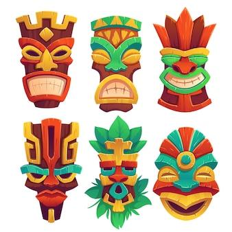 Tiki-masken mit gruseligen gesichtern und zahnigem mund, verziert mit isolierten blättern
