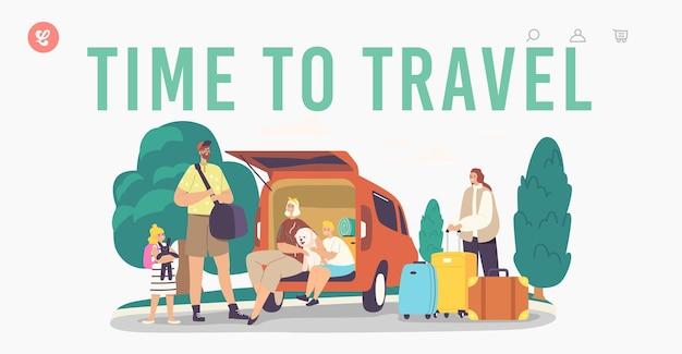 Time to travel landing page vorlage. glückliche familienfiguren, die mit hund am kofferraum sitzen. mutter, vater und aufgeregte kinder mit haustier und gepäck verlassen das haus. cartoon-menschen-vektor-illustration