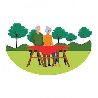 Tisch der gesichtslosen großeltern im freien
