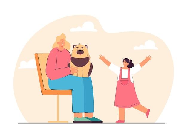 Tochter läuft auf die mutter zu, die mit hund auf stuhl sitzt. frau mit haustier auf dem schoß, flache illustration des glücklichen mädchens