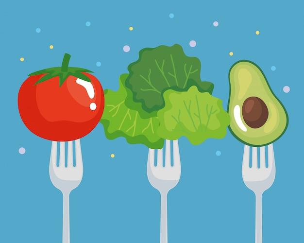 Tomatensalat und avocado auf gabel