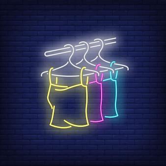 Tops auf kleiderbügel leuchtreklame.