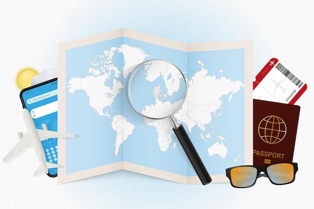 Tourismusmodell des reiseziels dänemark mit reiseausrüstung und weltkarte