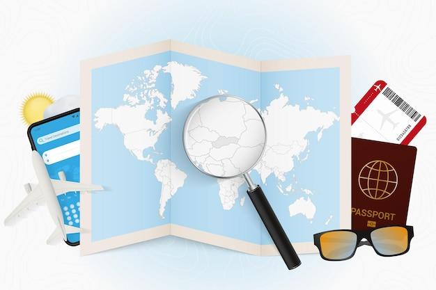 Tourismusmodell des reiseziels slowakei mit reiseausrüstung und weltkarte