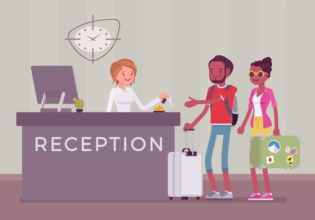 Touristen an der rezeption in einem hotel