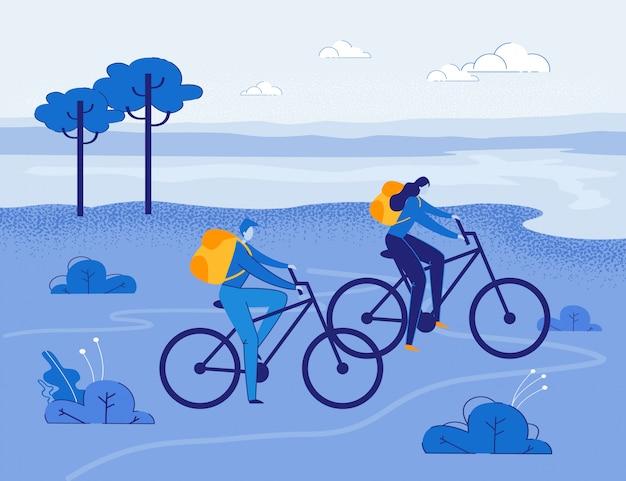 Touristen mit rucksäcken, die draußen fahrrad fahren.