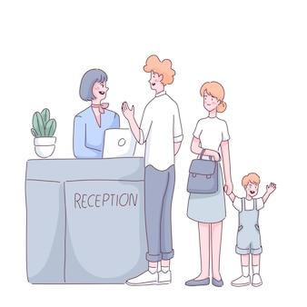 Touristenfamilie, die am flughafen-eincheckschalter steht