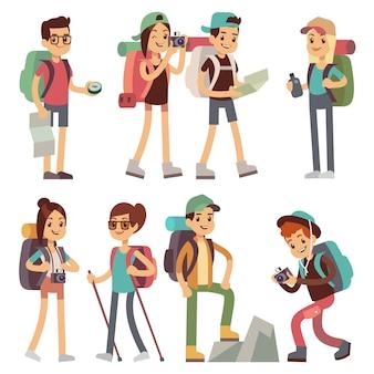 Touristenleutecharaktere für das wandern und trekking, urlaubsreisevektorkonzept. touristischer charaktermann und frauen-, wanderer- und tourismusillustration