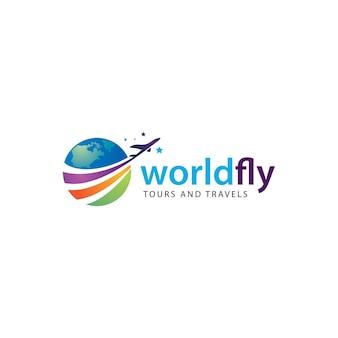 Tours und reiselogo mit einem flugzeug, das über die blaue welt fliegt