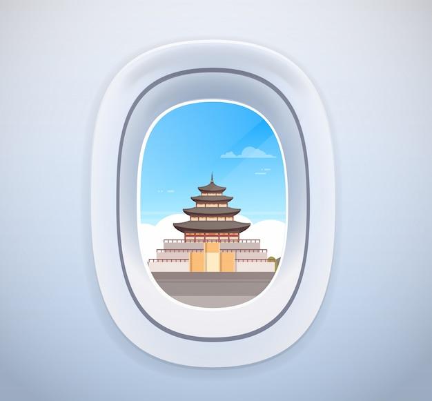 Traditionelle koreanische palast-markstein-ansicht durch flugzeug-fenster-reise