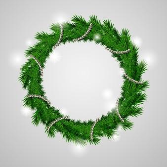 Traditioneller grüner weihnachtskranz lokalisiert auf grau