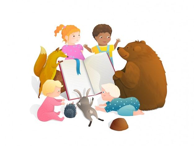 Tragen sie fuchs-kaninchen-tiere, die ein buch mit kleinen kindern zusammen lesen.