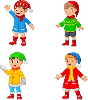 Tragende winterkleidung des kleinen jungen der karikatur