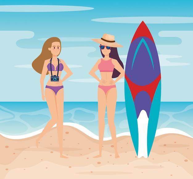 Tragender badeanzug der frau mit hut und kamera mit surfbrett