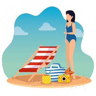 Tragender badeanzug der frau mit sonnenstuhl und geldbeutel