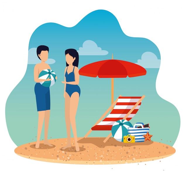 Tragender badeanzug der frau und des mannes mit ball und regenschirm mit sonnenstuhl