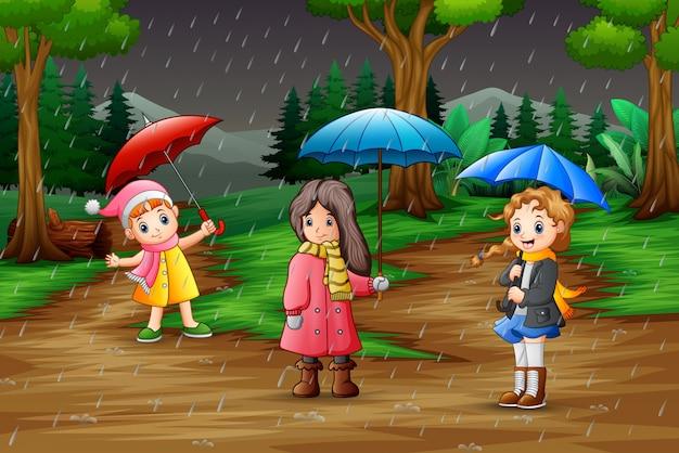Tragender regenschirm des mädchens der karikatur drei