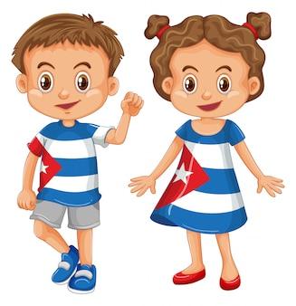 Tragendes hemd des jungen und des mädchens mit kuba-flagge