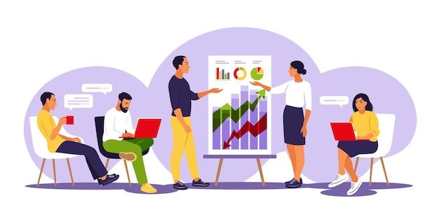Trainer sprechen vor publikum, präsentieren charts und berichte. schulung des mitarbeiters. teamdenken und brainstorming. illustration. isolierte wohnung.