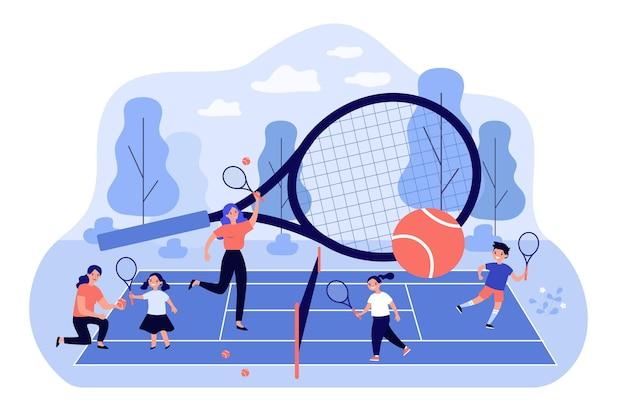 Trainer und kinder, die an der flachen illustration des tennisplatzes spielen