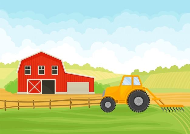 Traktor mit einem pflug und einer roten scheune mit einer garage auf dem feld.