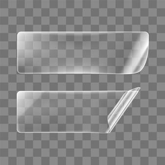 Transparent geklebte rechteckige aufkleber mit gekräuselten ecken. leerer transparenter papier- oder kunststoffaufkleber mit gewelltem und faltigem effekt