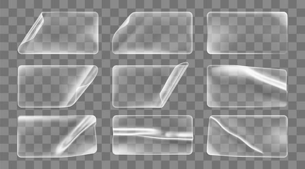 Transparent geklebte zerknitterte rechteckaufkleber mit gekräuselten ecken. leerer transparenter papier- oder kunststoffaufkleber mit gewelltem und faltigem effekt.